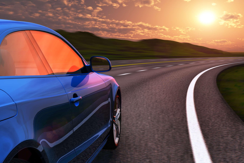 bil i solnedgang